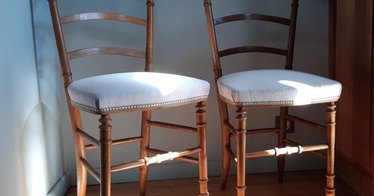 Chaises «volantes» anciennes – restaurées en crin – tapissier décorateur Bordeaux et sa région